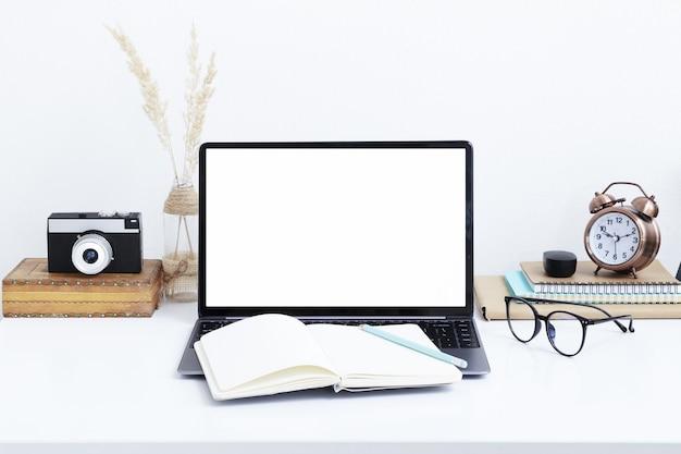 Mockup di schermo per laptop vuoto, macchina fotografica vintage e occhiali. lavoro online, studio in quarantena, concetto di libero professionista