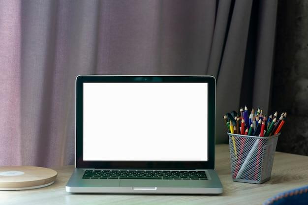 Lo schermo del laptop vuoto lavora o studia online da casa alla scrivania
