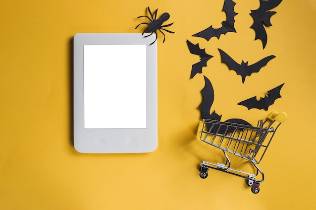 Schermo del laptop vuoto su sfondo giallo con pipistrelli e ragni decorpaper di halloween strapazzati fuori...