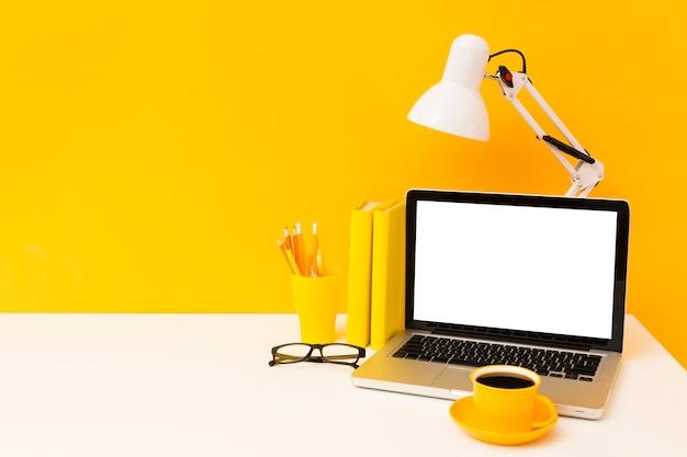 Computer portatile in bianco con lo spazio della copia