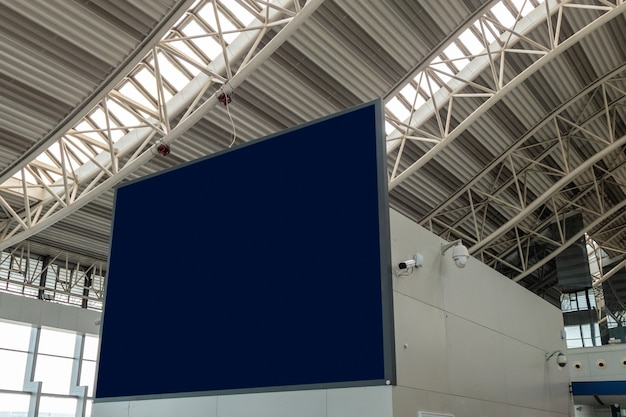 Grande cartellone vuoto con telecamera cctv con struttura in aeroporto