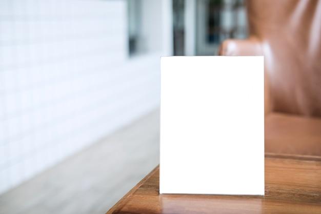 Telaio del menu vuoto sul tavolo nel coffee shop stand per il vostro testo di visualizzazione