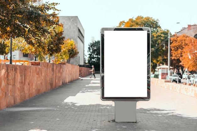 Blank mock up tabellone per le affissioni verticale all'aperto in un parco per l'inserimento di un annuncio pubblicitario