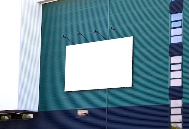 Pubblicità esterna mockup vuota con copia spazio sul muro dell'edificio del centro commerciale