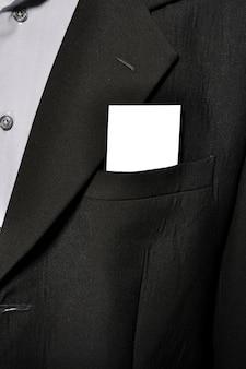 Carta di nome vuota nella tasca del vestito uomo