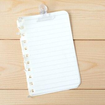 Documenti di nota in bianco sulla priorità bassa di legno della tabella