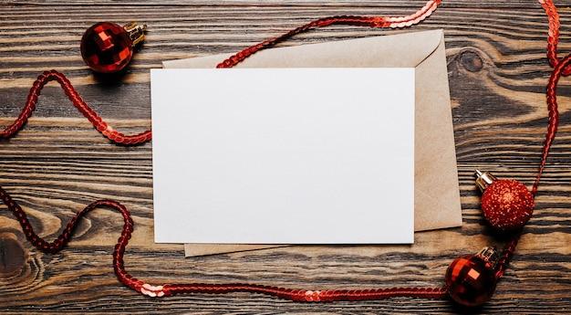 Nota vuota su sfondo di legno. buon natale e anno nuovo concetto