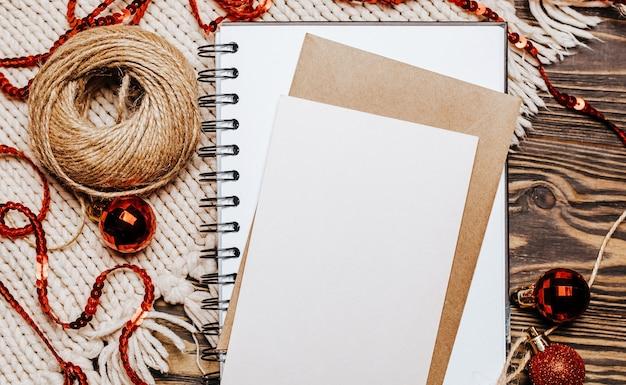 Nota in bianco su fondo in legno e maglia. buon natale e anno nuovo concetto