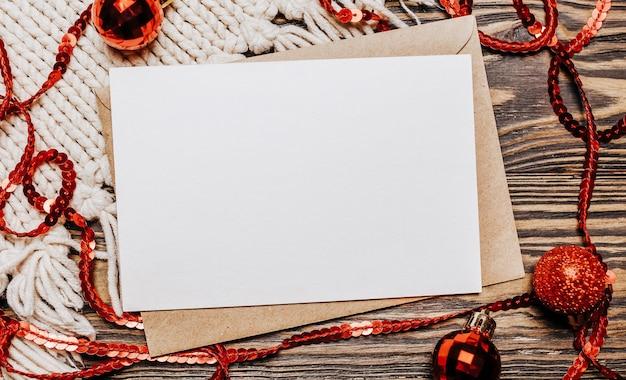 Nota in bianco su sfondo di legno buon natale e capodanno
