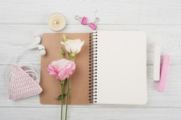 Quaderno bianco, chiusura a uncinetto rosa, auricolari