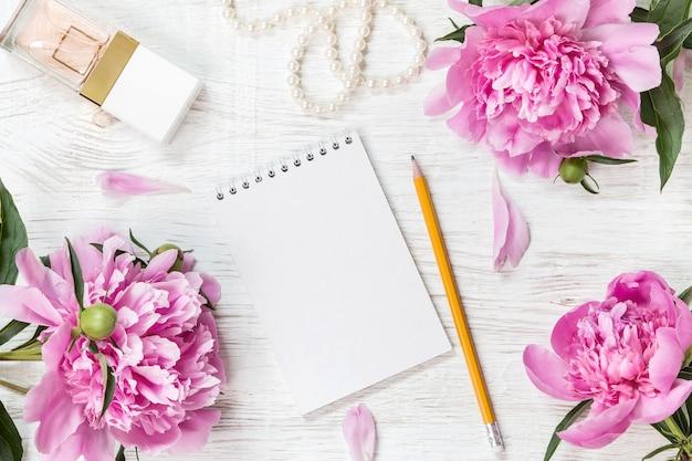 Quaderno bianco con fiori di peonie