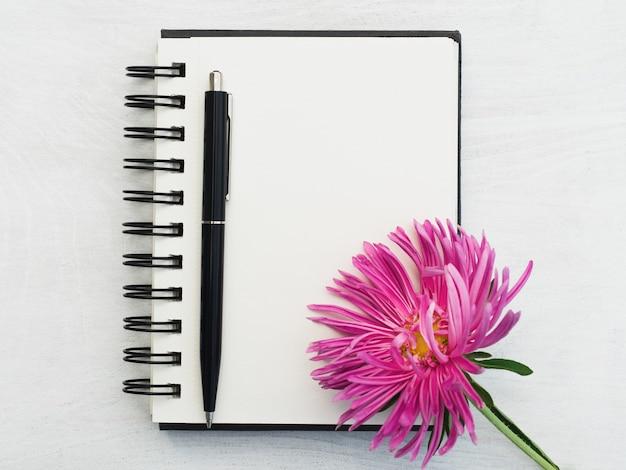 Pagina vuota del blocco note e un bel fiore