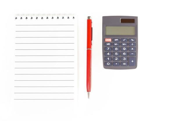 Blocco note vuoto penna e calcolatrice su sfondo bianco