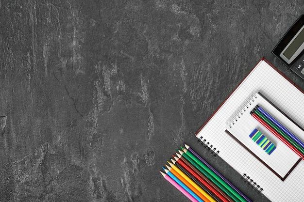 Blocco note in bianco sulla scuola e forniture per ufficio sul tavolo per ufficio.