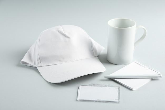 Forniture per ufficio in bianco sulla tabella grigia