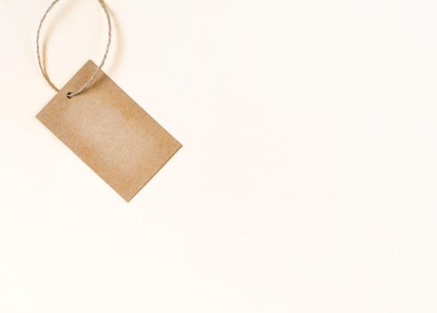 Etichetta o etichetta in bianco del panno di carta vecchia su sfondo chiaro.