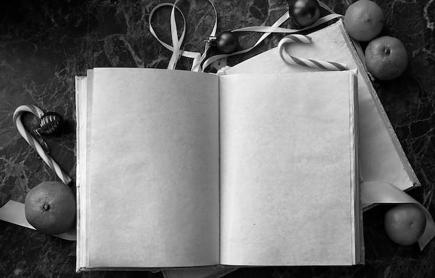 Pagine vuote aperte libro vintage sul piano di lavoro in marmo verde