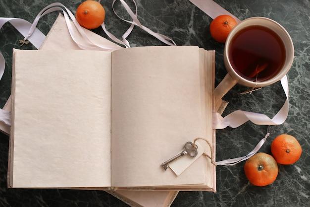 Le pagine vuote hanno aperto il libro dell'annata sul controsoffitto di marmo verde