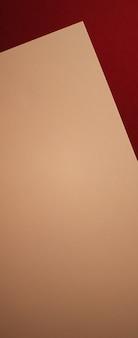 Vuotare una carta beige su sfondo rosso scuro come cancelleria per ufficio flatlay branding di lusso flat lay e brand identity design per mockup