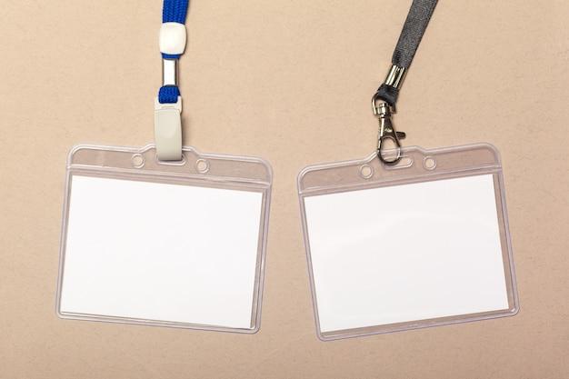 Pezzi di carta bianca per mock up su uno sfondo beige