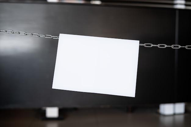 Segno del documento in bianco che appende su una catena, spazio del testo.