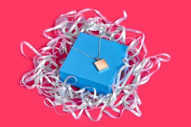 Pendente o medaglione in bianco su una catena su portagioie blu chiuso