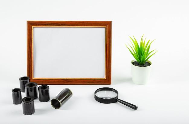 Portafoto vuoto, pellicola fotografica sul tavolo. trucco.