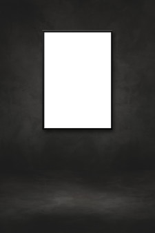 Cornice in bianco che appende su una parete nera. modello di presentazione mockup