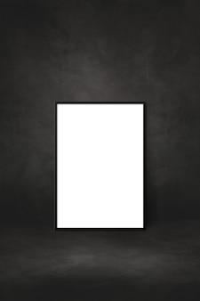 Cornice in bianco che si appoggia su una parete nera. modello di presentazione mockup