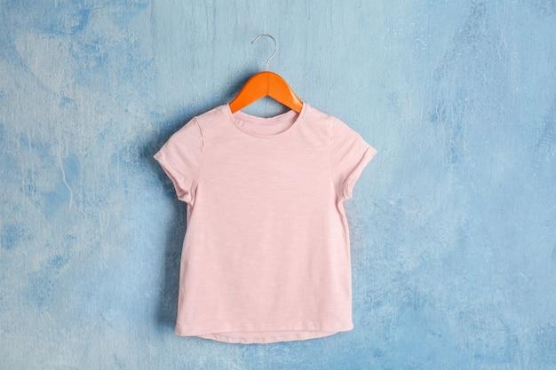 Maglietta rosa vuota sulla parete