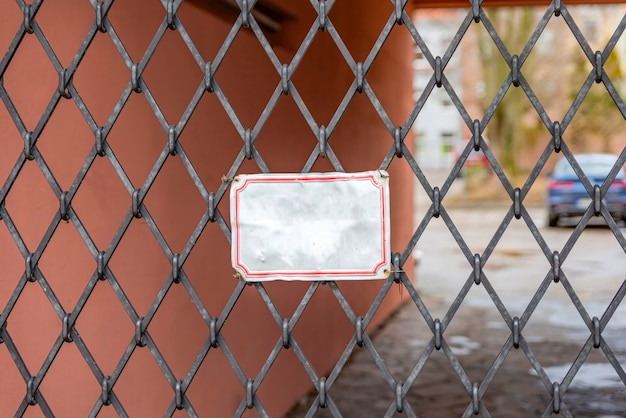 Targa vuota sul cancello nero