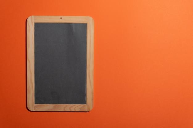 Vecchia scuola di lavagna portatile vuota per l'aggiunta di testo in gesso e spazio di copia