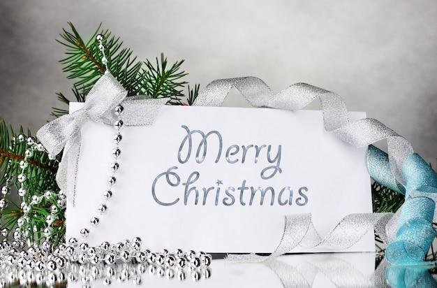 Cartolina vuota e decorazioni su superficie grigia