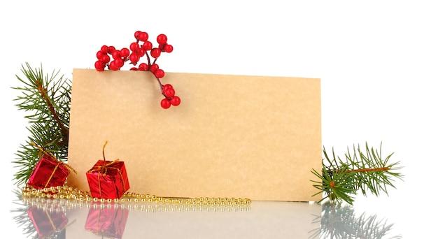 Cartolina vuota, regali, perline e abete isolato su bianco