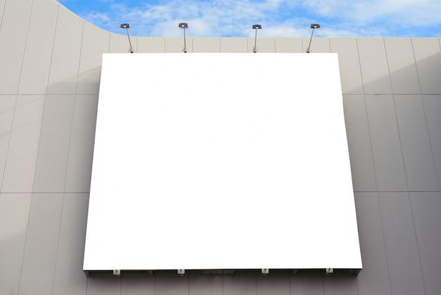 Parete di cartoncino vuoto nel centro commerciale moderno in un giorno nuvoloso.