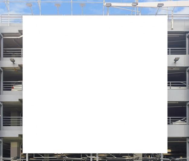 Parete in bianco del bordo del manifesto nel centro commerciale moderno un giorno nuvoloso.
