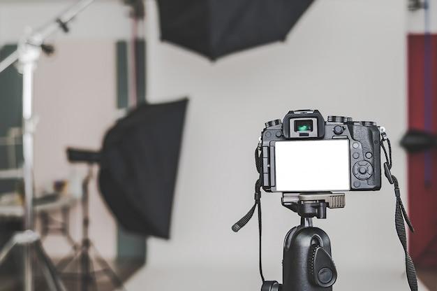 Spazio in bianco di una macchina fotografica professionale, in uno studio fotografico, contro le fonti luminose del softbox.
