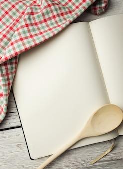 Libro di ricette in bianco sulla tavola di legno