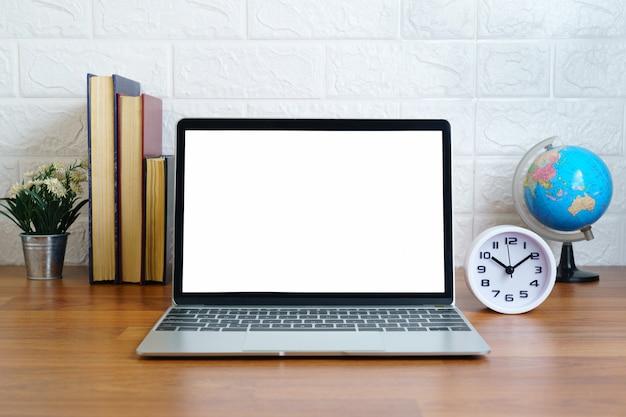 Computer portatile con schermo vuoto sul ponte, posto di lavoro con il computer portatile sul tavolo a casa, concetto di casa forma di lavoro