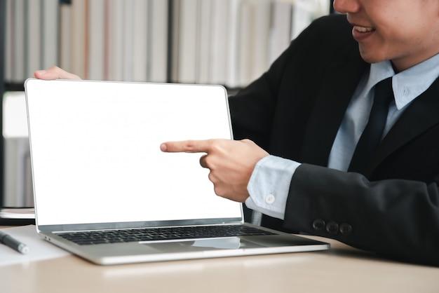 Computer portatile con schermo vuoto