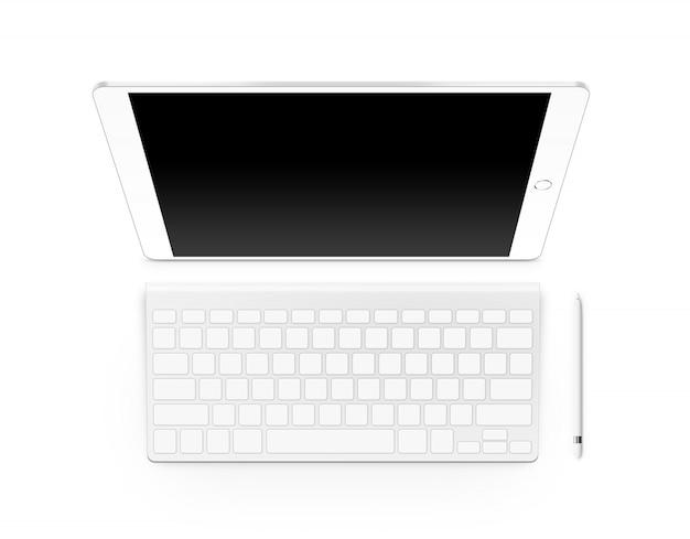 Derisione della compressa dello schermo in bianco su con la tastiera e lo stilo isolati
