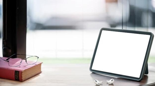 Prototipi di tablet schermo vuoto sulla tavola di legno.