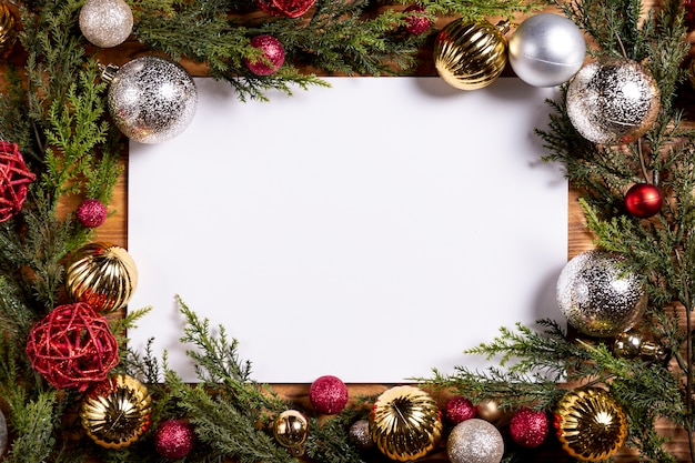 Cornice bianca e cornice di decorazioni natalizie