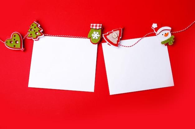 Foglio bianco per congratulazioni felice anno nuovo e buon natale su sfondo rosso. spazio vuoto