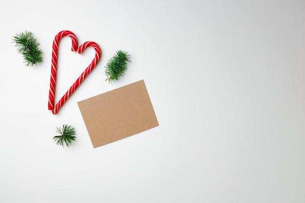 Foglio di carta bianco e bastoncini di zucchero, vista dall'alto di cartolina di natale