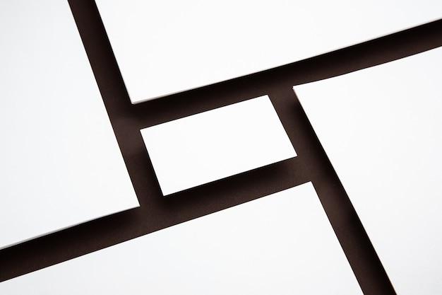 Fogli bianchi galleggianti sopra sfondo marrone, creativi. carte bianche. mockup moderno e in stile ufficio per la pubblicità. copyspace bianco vuoto per il concetto di design, affari e finanza.