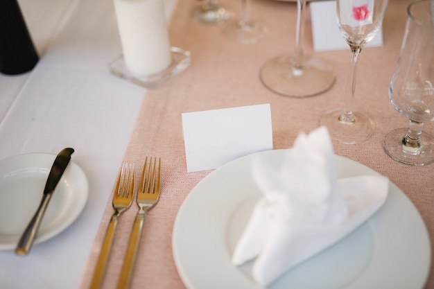 Segno in bianco su un tavolo da pranzo in un ristorante