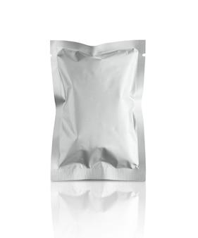 Sacchetto della bustina della stagnola d'imballaggio metallico d'argento in bianco isolato su fondo bianco con il percorso di ritaglio
