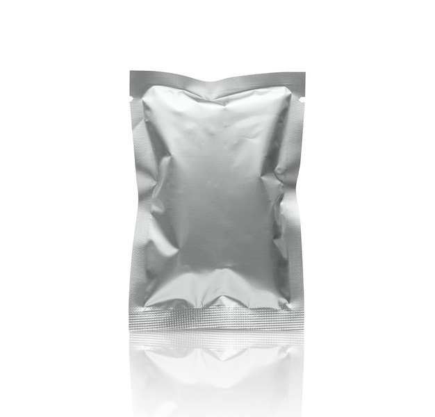 Sacchetto della bustina della stagnola di imballaggio metallico d'argento in bianco isolato su fondo bianco con il percorso di residuo della potatura meccanica
