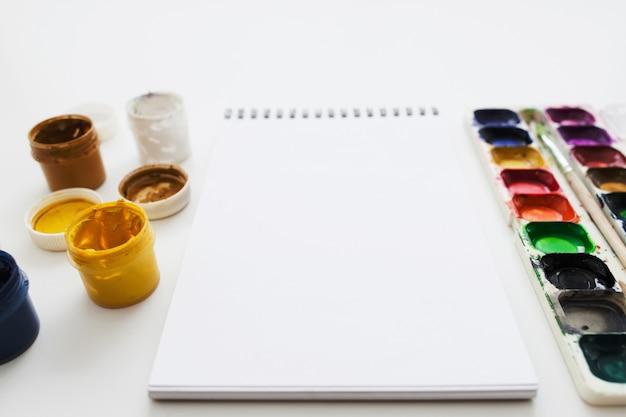 Sketchbook vuoto con vernici diverse